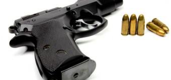 Un copil de doi ani şi-a împuşcat mortal mama