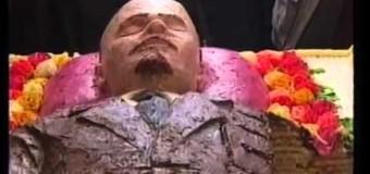 Video incredibil! Râdem sau plângem? Câteva fetițe l-au mâncat pe LENIN mort, făcut din tort!