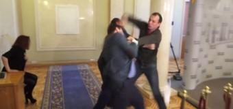 Bătaie ca-n filme în parlamentul ucrainean – VIDEO
