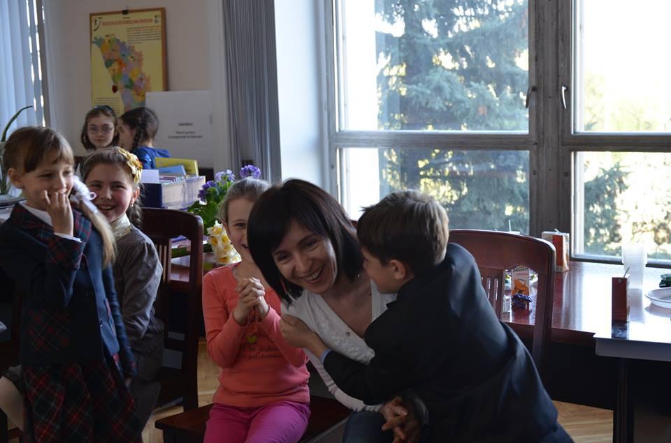 Maia Sandu, îmbrăţişată de mai mulţi copii din calasele primare (FOTO)