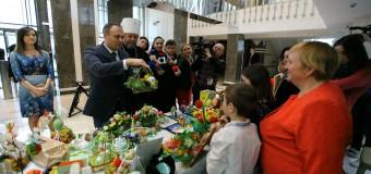 Expoziție caritabilă la Parlament pentru susținerea copiilor orfani (foto)