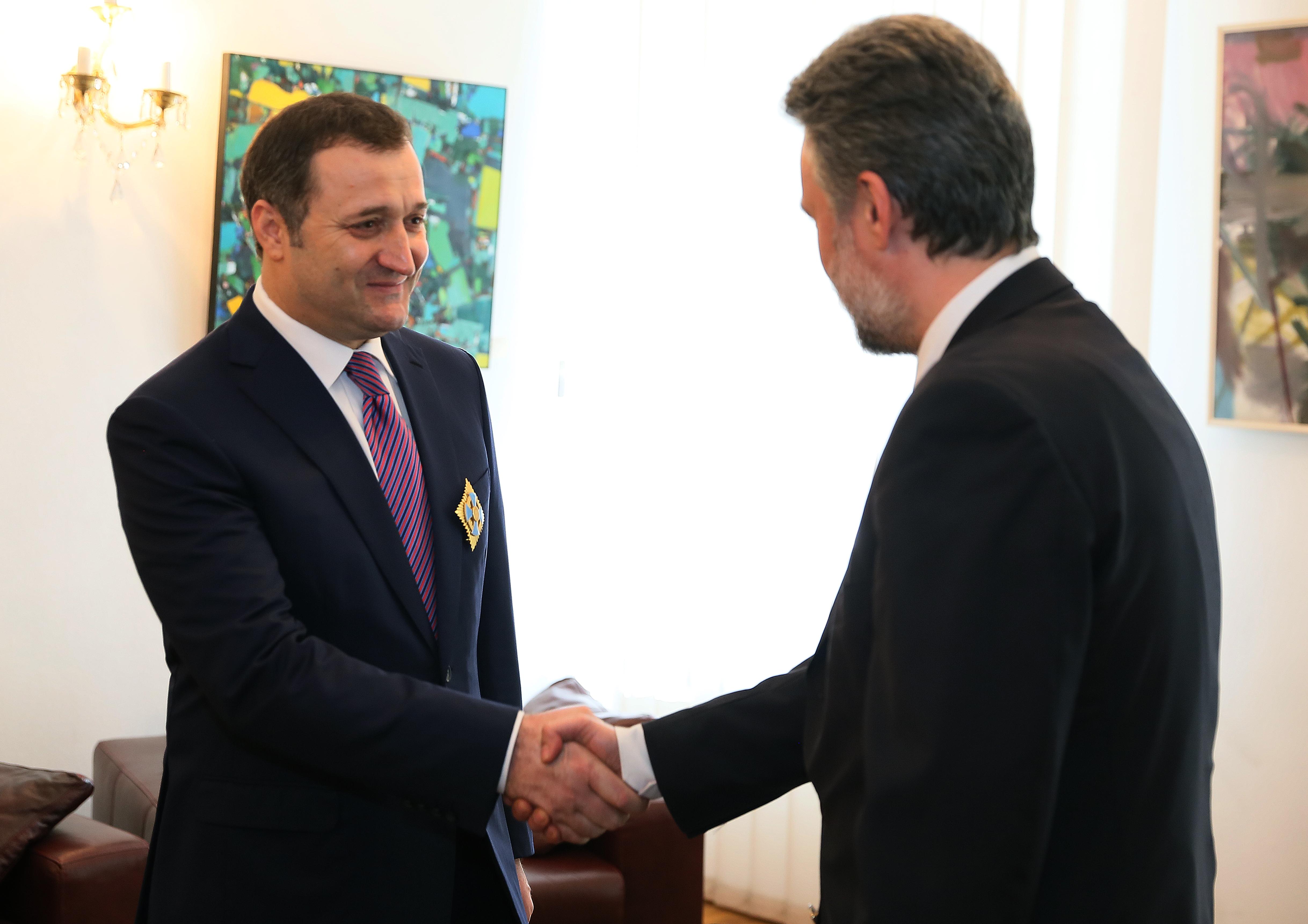 """Vlad Filat, decorat cu Ordinul Naţional """"Serviciul Credincios"""""""