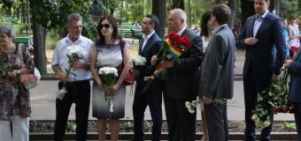 FOTO// Vlad Filat a depus flori la bustul lui Mihai Eminescu