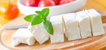 Nutriţioniştii avertizează: ce trebuie să ştii când mănânci brânză cu roşii