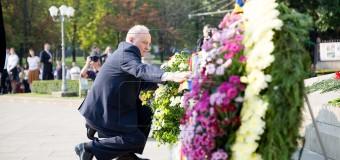 Politicienii au depus flori de Ziua Independenței la monumentul lui Ștefan cel Mare