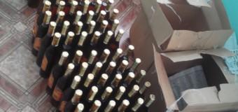 """Peste 100 de sticle de """"Kvint"""" cu timbre de acciz falsificate, confiscate de polițiști"""