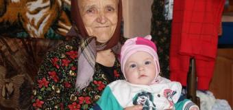 """Mama la 84 de ani: """"Atâta îmi doresc să fim sănătoase, să o creştem şi să o avem alinare la bătrâneţe"""""""