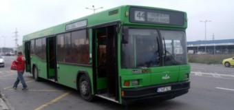 Uluitor! O femeie a căzut din autobuz, după ce şoferul a uitat să închidă uşile