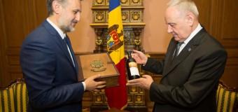 Nicolae Timofti i-a transmis lui Klaus Iohannis o sticlă de vin (foto)