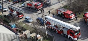 (Foto) Incendiu de proporții în capitală: mansarda unui bloc, cuprinsă de flăcări