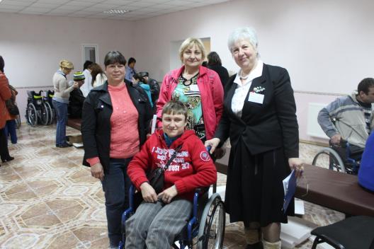 Zeci de persoane cu dizabilități ale aparatului locomotor au beneficiat de cărucioare fotolii noi
