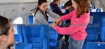 Însoţitorii de bord, instruiți de SIS pe profil antiterorist (foto)