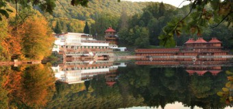 Lacul din România care deţine 3 recorduri mondiale. Apa lacului deţine proprietăţi unice în intreaga Europă – GALERIE FOTO