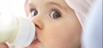 Laptele praf, plin de substanţe chimice dăunătoare pentru bebeluş. Renunţaţi la el