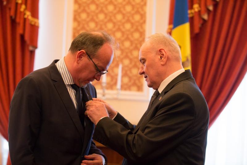 Ambasadorul României la Chișinău – decorat de Președintele Nicolae Timofti