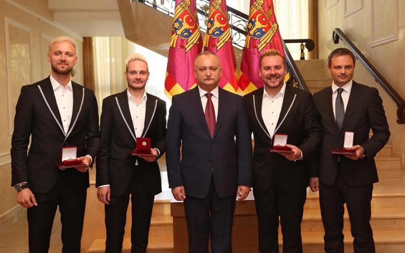 """Membrii formaţiei """"SunStroke Project"""", decorați cu """"Ordinul de Onoare"""""""