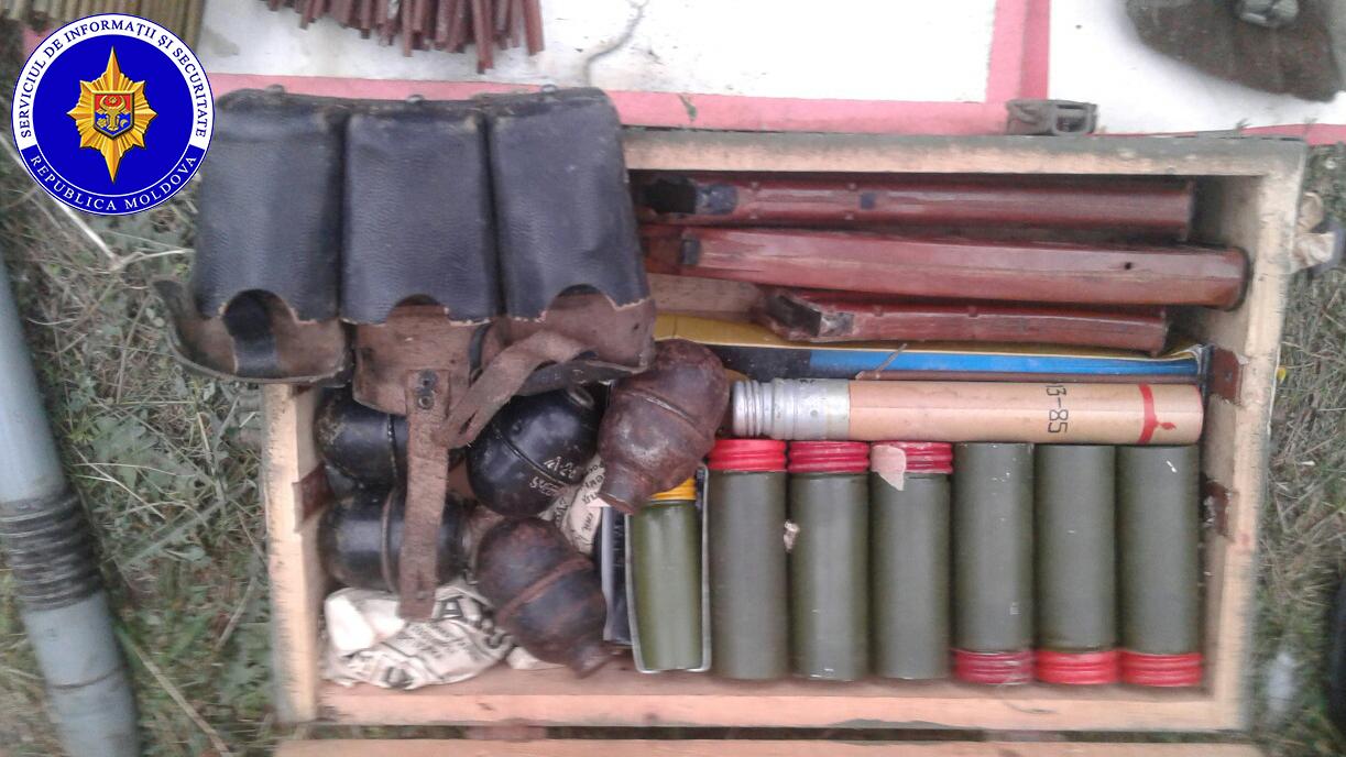 Un lot de muniţii şi arme de foc, ridicate de ofițerii SIS (foto)