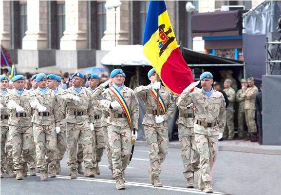 Pacificatorii Armatei Naţionale au defilat pe Bulevardul Khreshchatyk din Kiev (Foto)