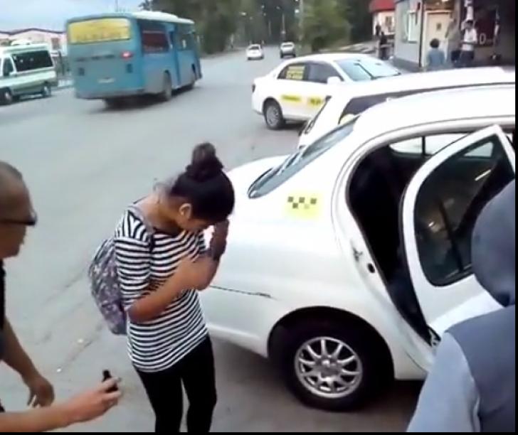 """Un șofer de taxi a obligat touă tinere să-și toarne pe față """"zelyonka"""". Motivul este incredibil (Video)"""
