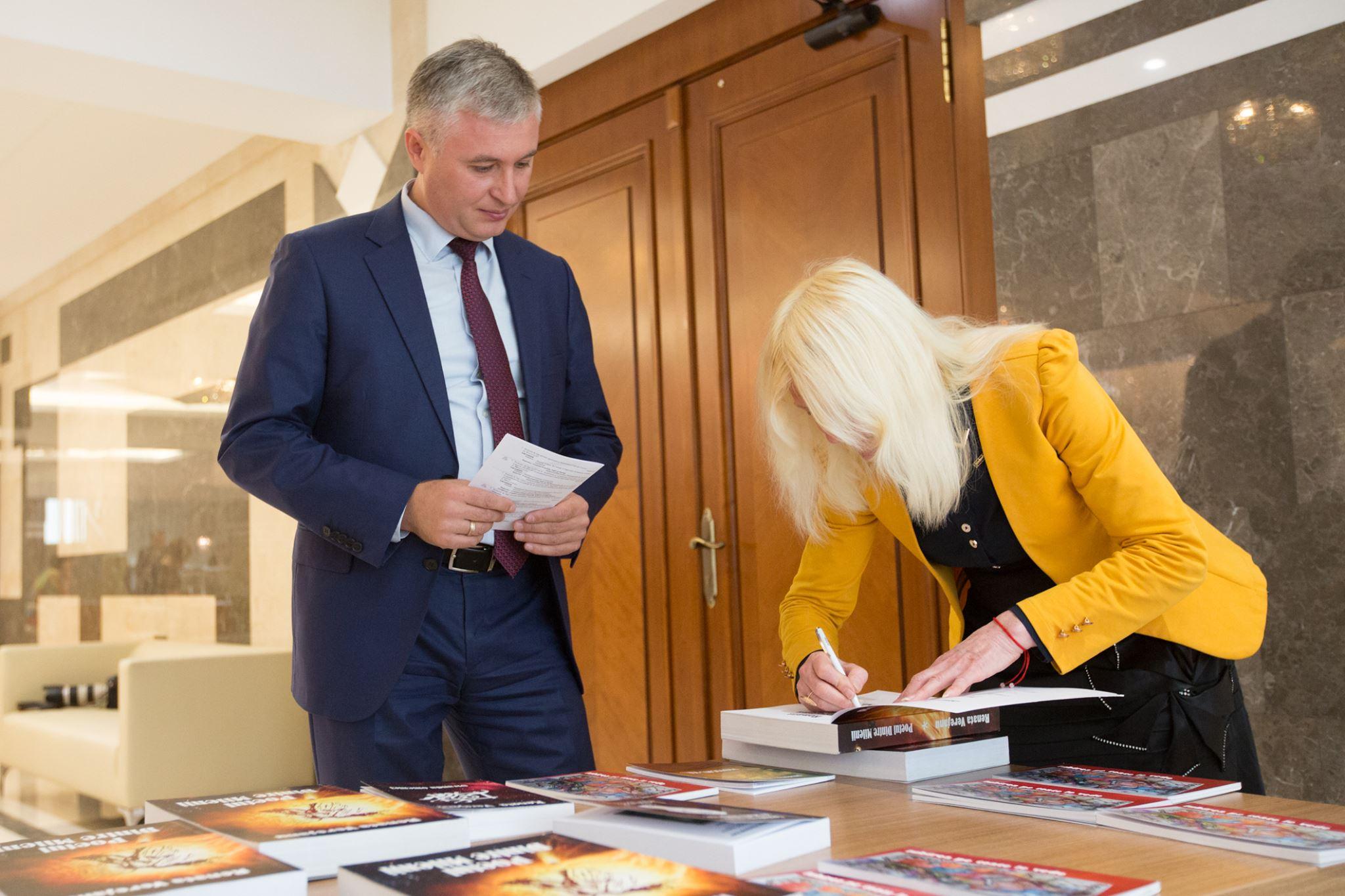 Expoziție de carte la Parlament. Autor: Deputații sunt mai tot timpul ocupați, de aceea am decis să aduc versurile mele în Parlament