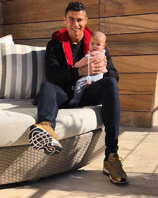 Cristiano Ronaldo a publicat prima fotografie cu fiica lui