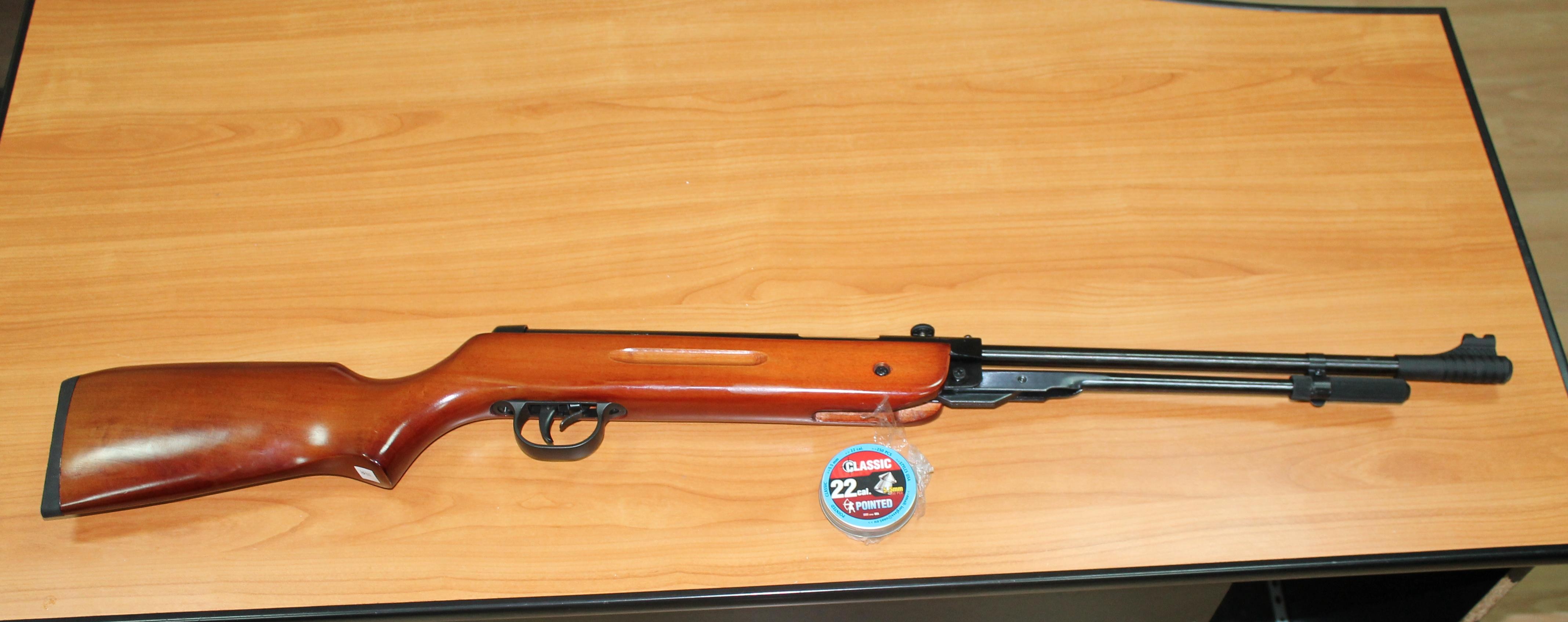 Armă pneumatică nedeclarată, depistată de vameși în bagajul unui moldovean