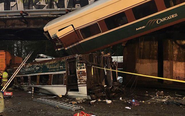 Accident feroviar în Statele Unite. Un tren a deraiat şi a căzut pe o autostradă