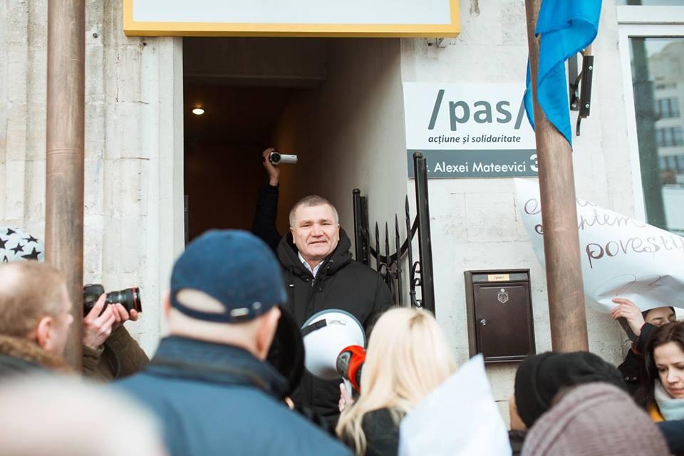 """Peste 400 de oameni și susținători ai Partidului """"Șor"""" au organizat un flash-mob """"Coridorul Rușinei""""  în fața sediului PAS"""