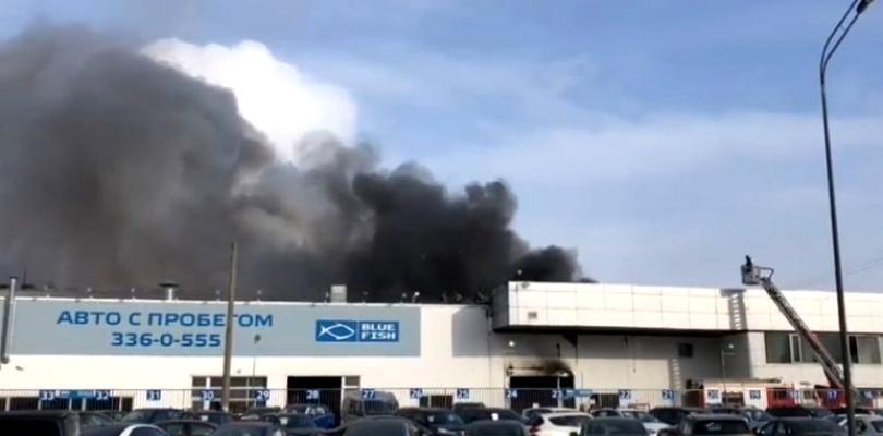 Un alt incendiu în Rusia, la doar câteva zile! Un salon auto din orașul Sankt Petersburg a luat foc (video)