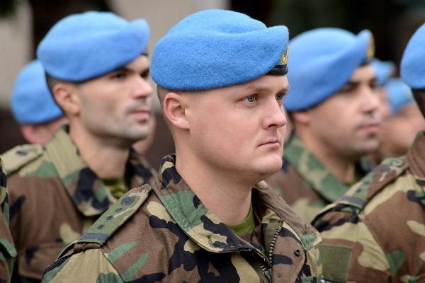 """Militarii decorați cu """"Crucea Misiunilor Internaţionale"""" vor beneficia de alocaţii"""