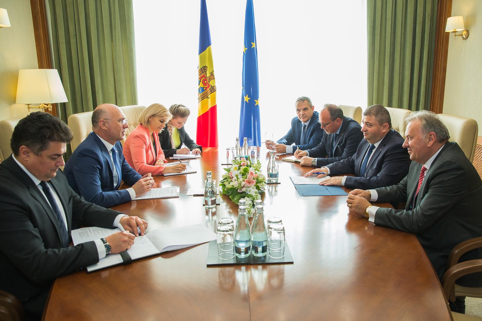Eliminarea tarifelor la roaming între RM – România, discutată de premierul Pavel Filip și ministrul Economiei al României
