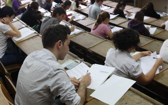 Elevii și studenții vor primi burse mai mari