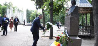 """Igor Dodon, la monumentul lui Mihai Eminescu din Chișinău: """"A lăsat în urmă un tezaur cultural de valoare imens"""""""
