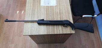O armă pneumatică, depistată de vameșii de la Leușeni în portbagajul unei mașini