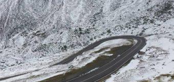 Circulaţie rutieră în condiţii de iarnă pe Transfăgărăşan. Stratul de zăpadă are 10 centimetri în unele locuri
