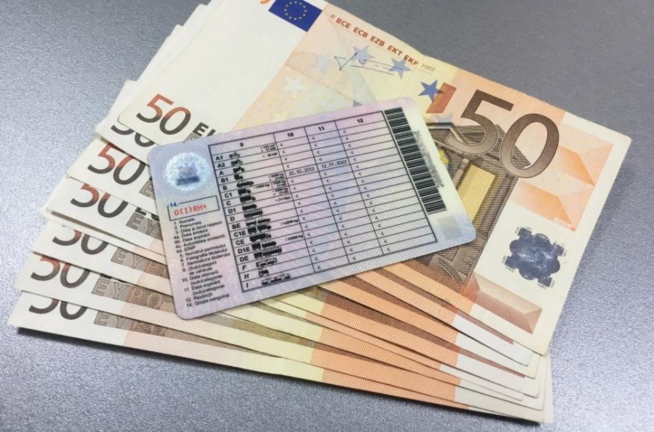 Ar fi pretins 1 000 de euro pentru a ajuta la obținerea unui permis de conducere. Un tânăr – reținut