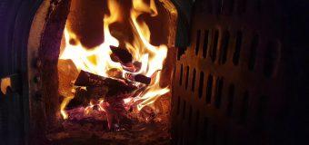 O minoră în vârstă de 15 ani – cu arsuri după ce a încercat să dea focul în sobă