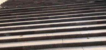 """Lucrările de reconstrucție a scărilor de granit din Parcul """"Valea Morilor"""" (FOTO)"""