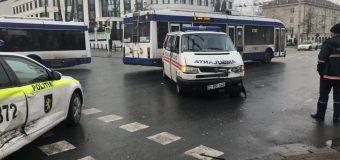 O ambulanță s-a tamponat cu un automobil al Poliției (FOTO)