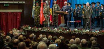 Igor Dodon a înmânat Diploma de onoare a Președintelui RM și medalii cu brevete ale Uniunii Ofițerilor unui grup de ofițeri