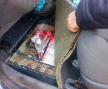 Pachete de țigări în podeaua unui vehicul. Câinii de la vamă – în acțiune