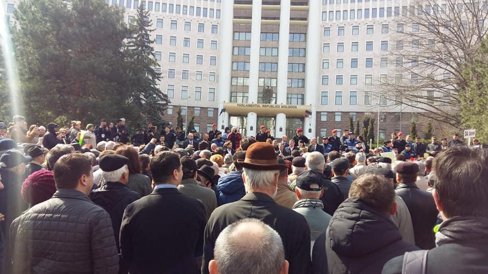 Blocul ACUM protestează la Parlament (VIDEO)
