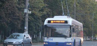 A sustras portomoneul din geanta unui tânăr, în timp ce se deplasau cu troleibuzul nr. 22