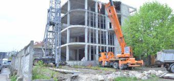 Un gard de beton, instalat abuziv, în jurul unei construcții din sectorul Buiucani – demolat