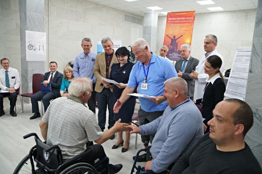 1050 de persoane cu dizabilități ai aparatului locomotor vor beneficia de cărucioare fotoliu noi