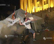 Georgia: 39 poliţişti şi 30 de manifestanţi răniţi, după ciocniri în faţa parlamentului