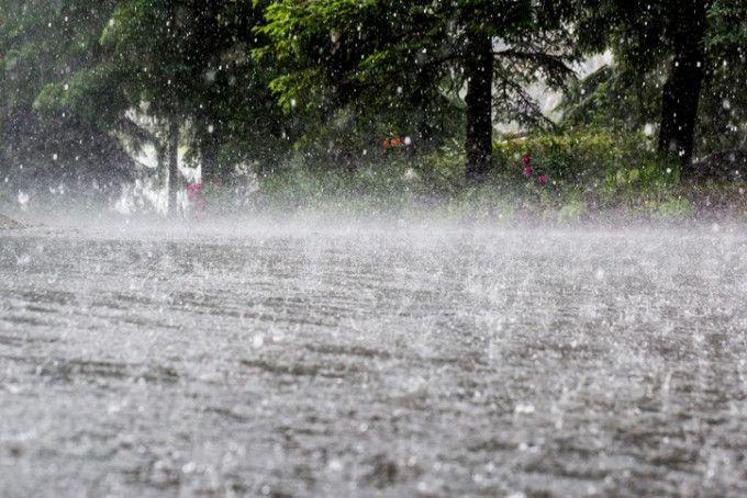 Drumuri deteriorate, mașini blocate, abori pe străzi – salvatorii comunică pagubele în urma ploilor