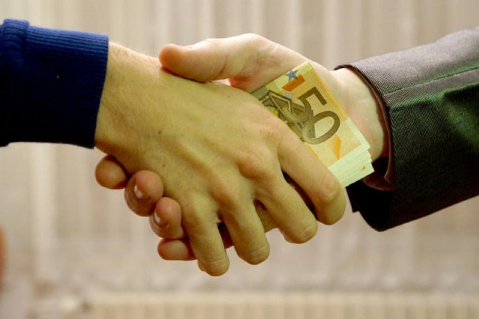 Un angajat al Serviciului Vamal a fost reţinut pentru o mită de 1200 de euro