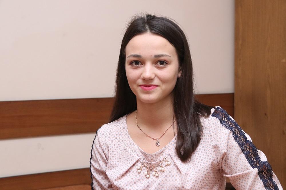 """INTERVIU cu cea mai tânără angajată a Fabricii de Sticlă din Chişinău: """"Sunt recunoscătoare că mi s-a oferit acest prim job din viaţa mea"""""""