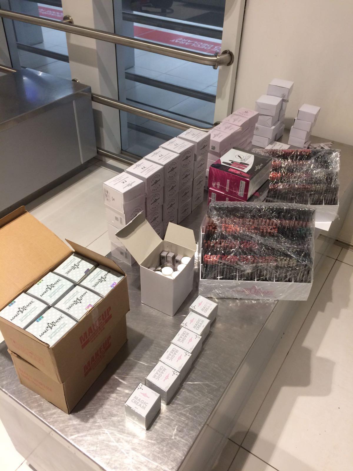 Valize cu produse cosmetice, depistate de vameșii de la Aeroport